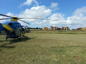 hélicoptere SAMU posé dans un champ avec les pompier sur un accident