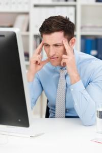 gestresster mitarbeiter am pc
