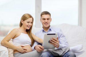 couple avec femme enceinte avec tablette ondes électromagnétiques